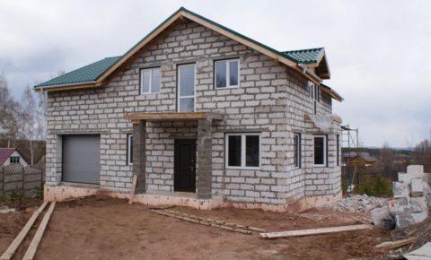 Дом в два этажа с гаражом – отличный вариант, если семья большая, а участок маленький