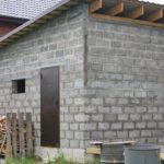 Хозблок с односкатной крышей, пристроенный к дому