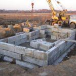 Монтаж стен подвала с опорой на фундаментные подушки