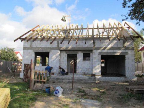 Пеноблочный дом с гаражом в разгаре строительства