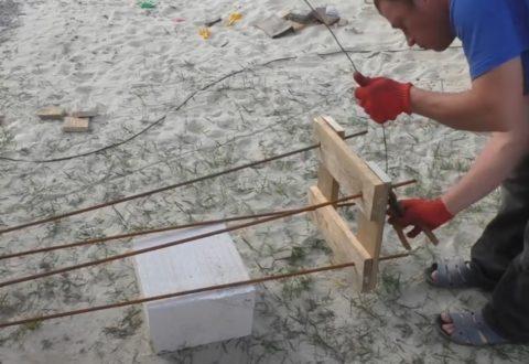 Процесс вязки каркаса с помощью шаблона