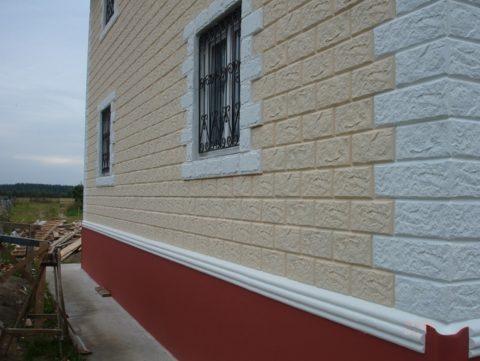 Симпатичный фасад из офактуренного пеноблока