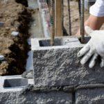 Возведение стен из дырчатых пескобетонных блоков с фактурной поверхностью