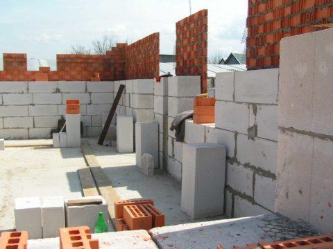 Возведение стен многоэтажки из крупноформатных блоков