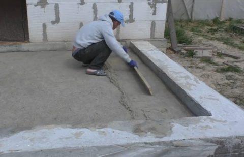 Выравнивание увлажнённой поверхности песчаного слоя
