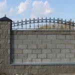 Забор из простых и офактуренных пеноблоков