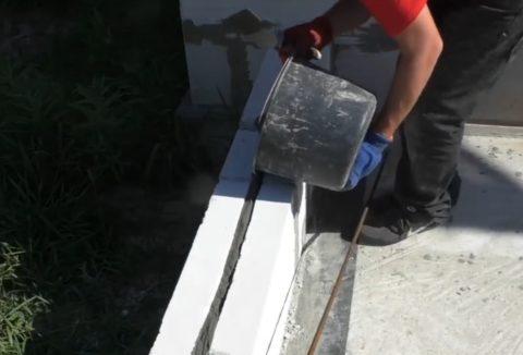 Заполнение штробы клеем