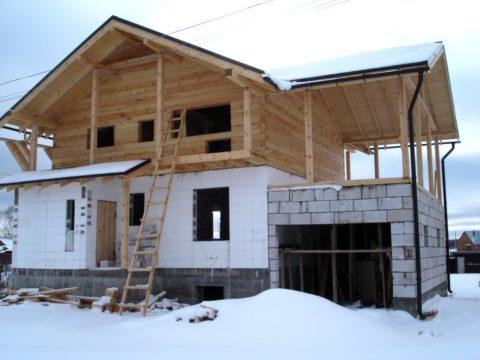 Для возведения деревянного второго этажа первый брус необходимо жестко закрепить на стене из пеноблоков