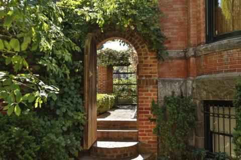 Кирпичная арка на входе во двор