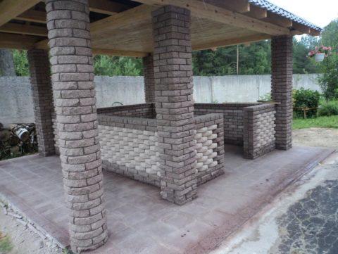 Когда периметр стенок не пересекает оси столбов, нужно заливать два разных фундамента