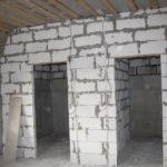 Сравните кладку из блоков с дефектами и нарушением геометрии…