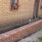 Устройство бетонно-кирпичной клумбы перед домом