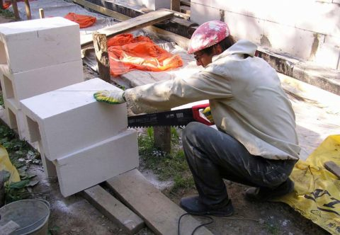 Резка блоков ручным инструментом