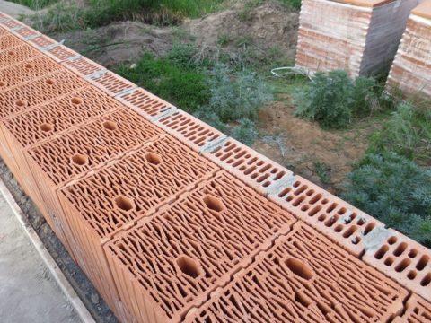 Пазогребневое соединение практически исключает мостики холода в вертикальных швах