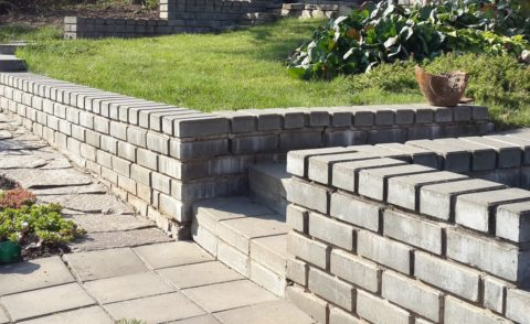 Стенка из бетонного кирпича