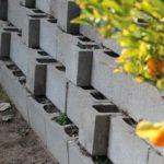 Укладка заполненных грунтом блоков со смещением