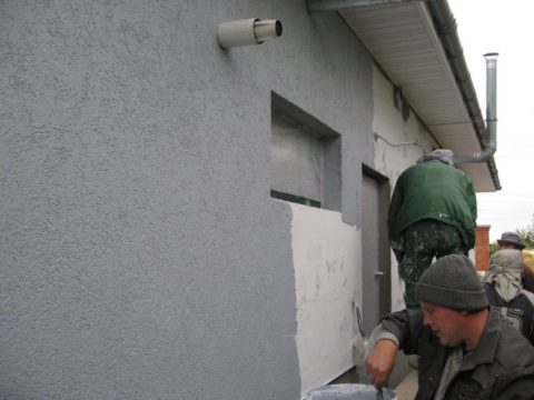 Нанесение фактурной штукатурки на фасад
