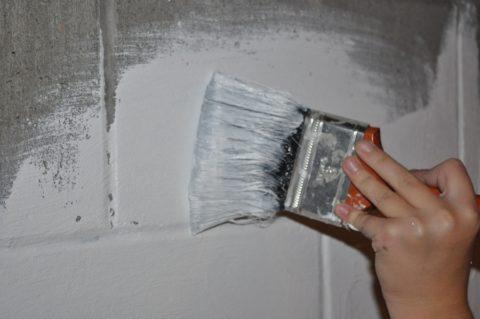 Окраска стены из блоков