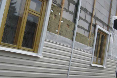 Сайдинг на фасаде газобетонного строения