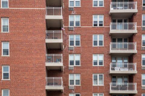 Высокая прочность кирпича позволяет возводить из него многоэтажные строения